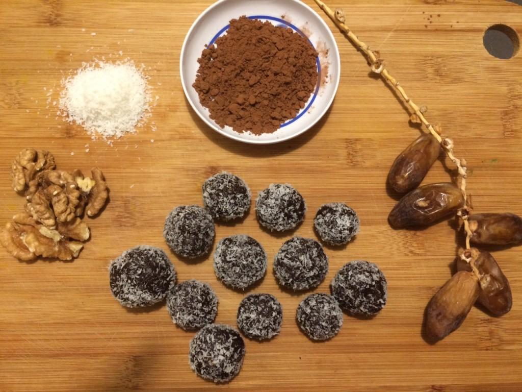 Boules d'énergie noix, chocolat, coco